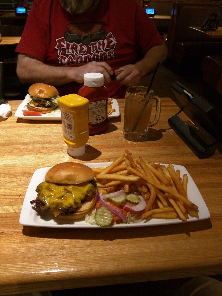 Applebee's Grill + Bar: 3616 W Garriot Rd, Enid, OK
