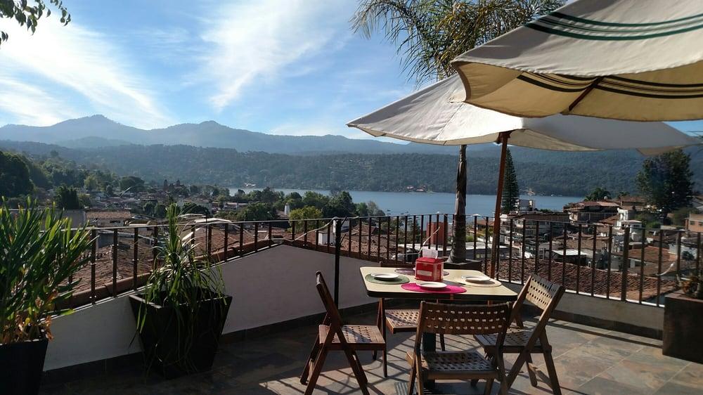 La Terraza De La Michoacana Con Vista Al Lago Y Los Tejados