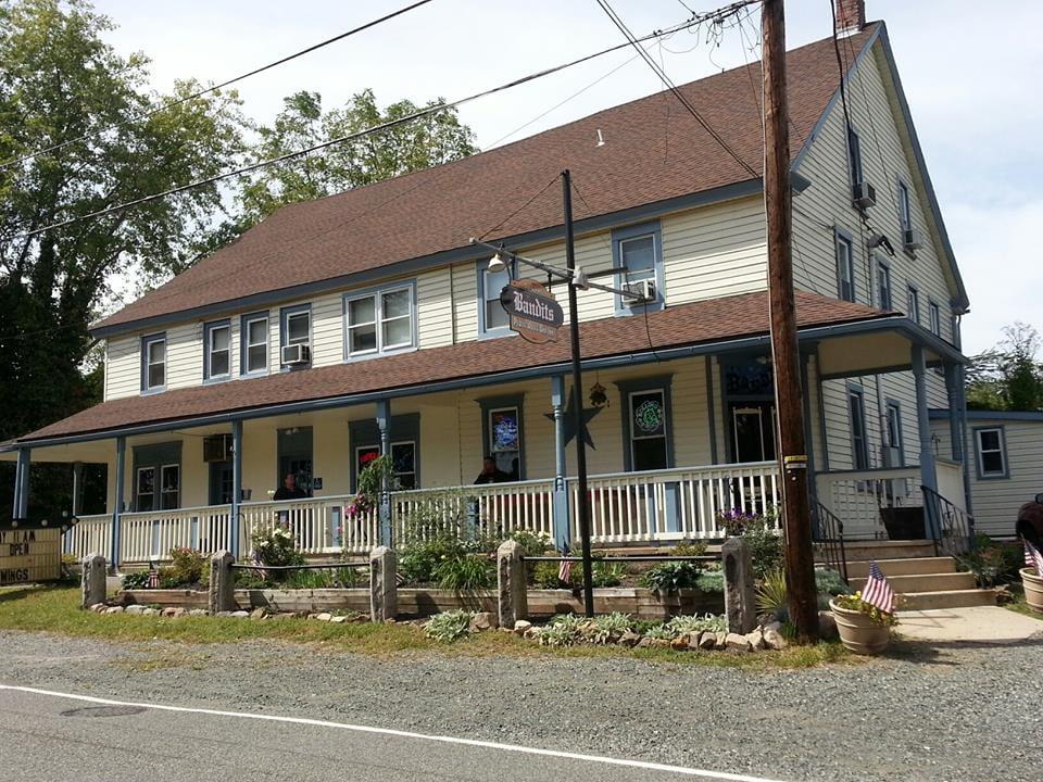 Bandits Public House and Inn: 2116 Old Rt 100, Bechtelsville, PA