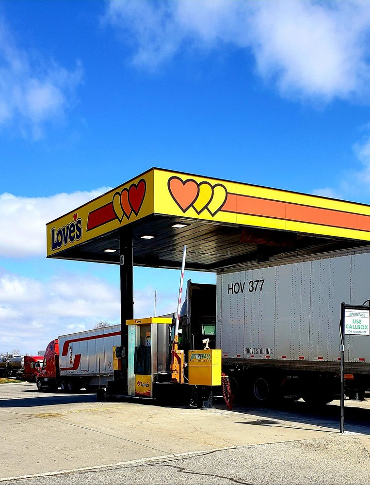 Love's Travel Stop: 505 S Persimmon Dr, Le Roy, IL