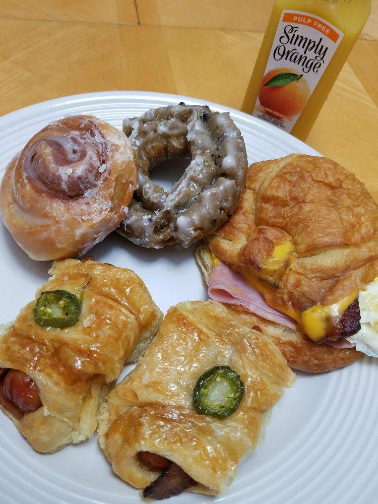 Donut Palace: 1100 E Pleasant Run Rd, Desoto, TX