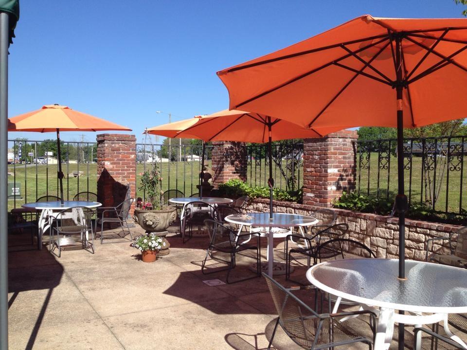 Raggedy's Cafe: 414 E 3rd St, Grove, OK