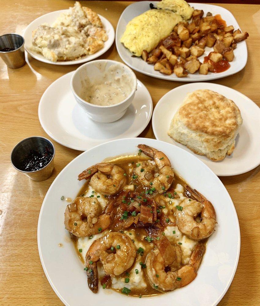 The Farm House Diner: 2303 E Washington St, Bloomington, IL
