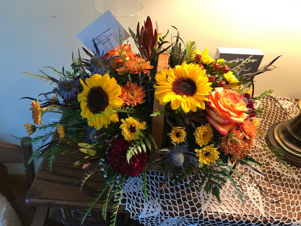Bouquet Florist & Gift Shoppe: 220 W Main St, Bowling Green, MO