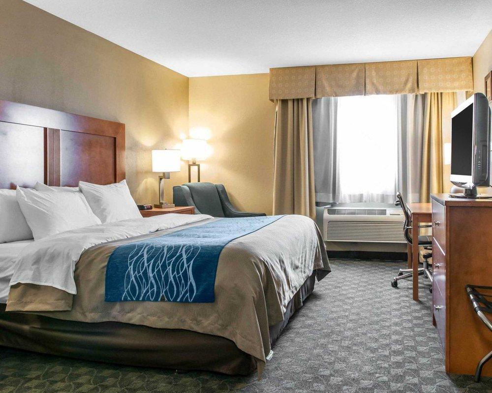 Comfort Inn & Suites: 590 Bonaparte Drive, Napoleon, OH