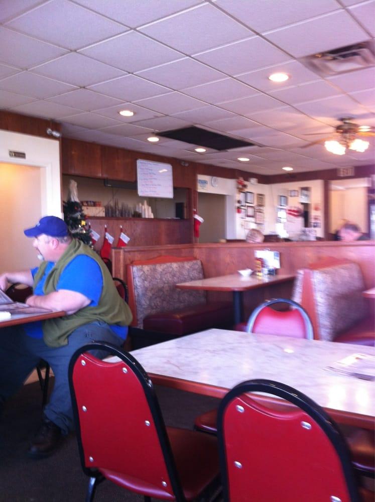 Red Apple Family Restaurant: 1402 S Hamilton St, Sullivan, IL