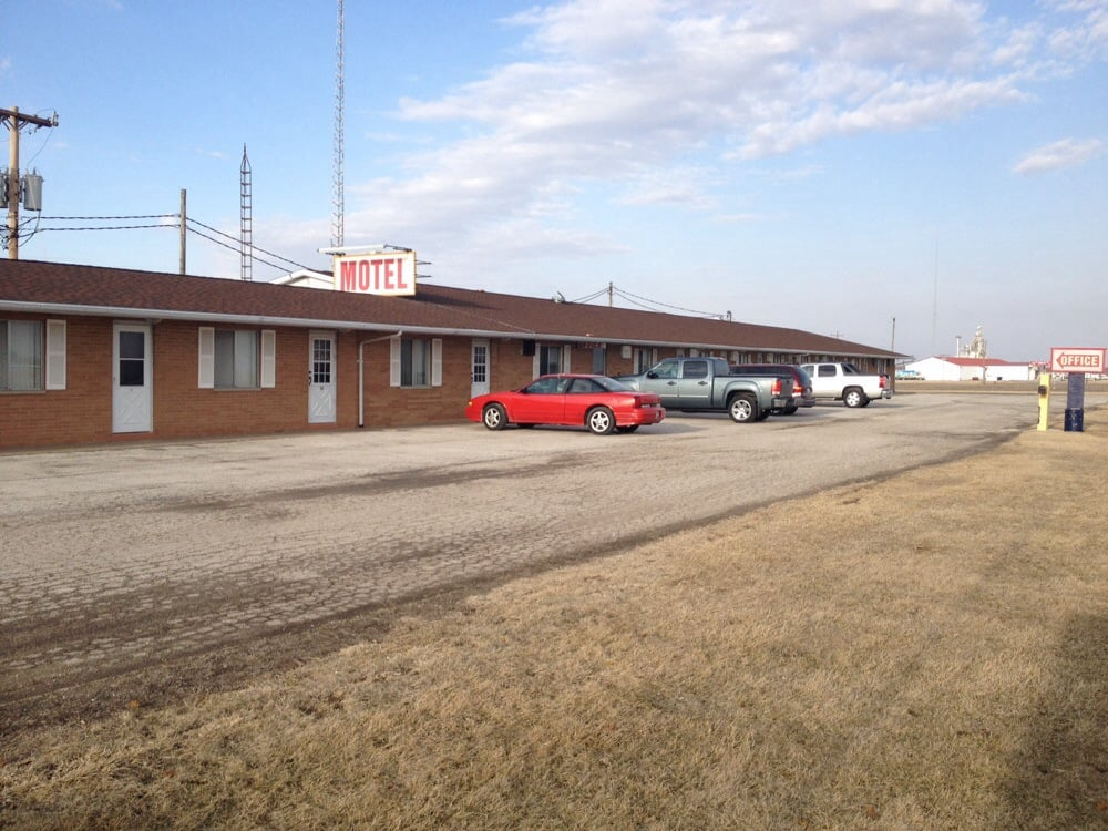 Prairie Winds Motel: 1764 E US Highway 136, Carthage, IL