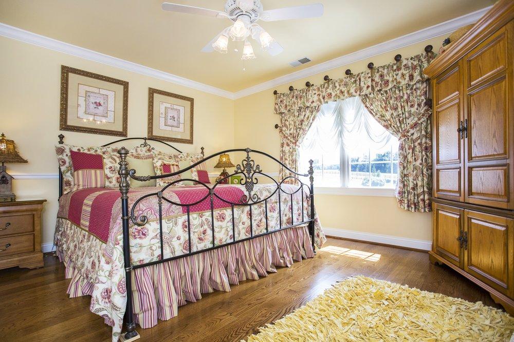 Pillow & Paddock Bed and Breakfast: 3262 Old Sligo Rd, La Grange, KY