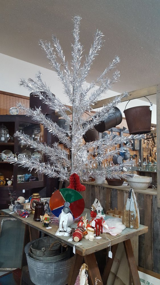 Twin Lakes Antique Mall: 6953 US Hwy 641 N, Gilbertsville, KY