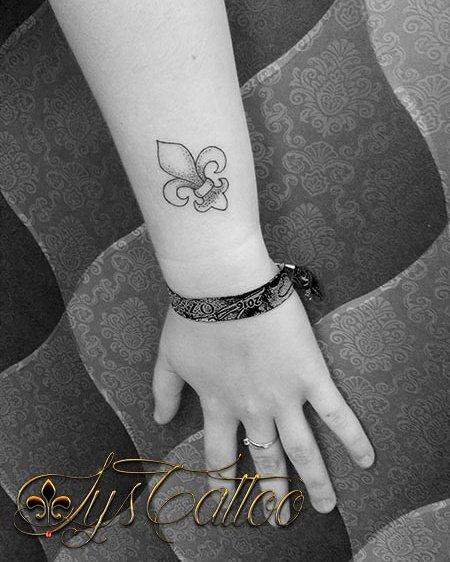Tatouage Avant Bras Poignet Femme Symbole Fleur De Lys Lignes Et
