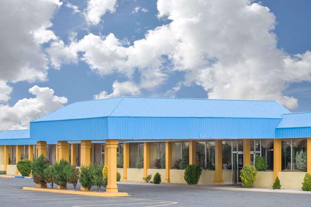 Days Inn & Suites by Wyndham Clovis: 2700 Mabry Drive, Clovis, NM