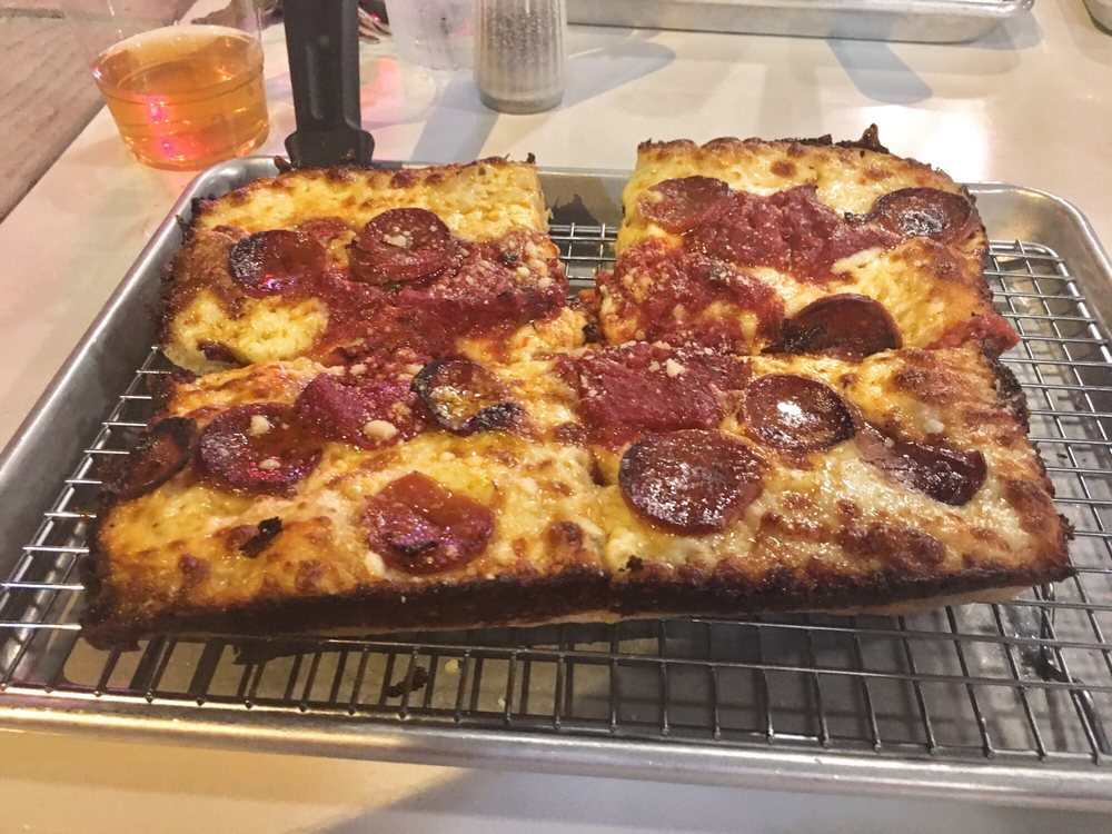 Como's Pizza: 2985 Longfellow Avenue, Windsor, ON