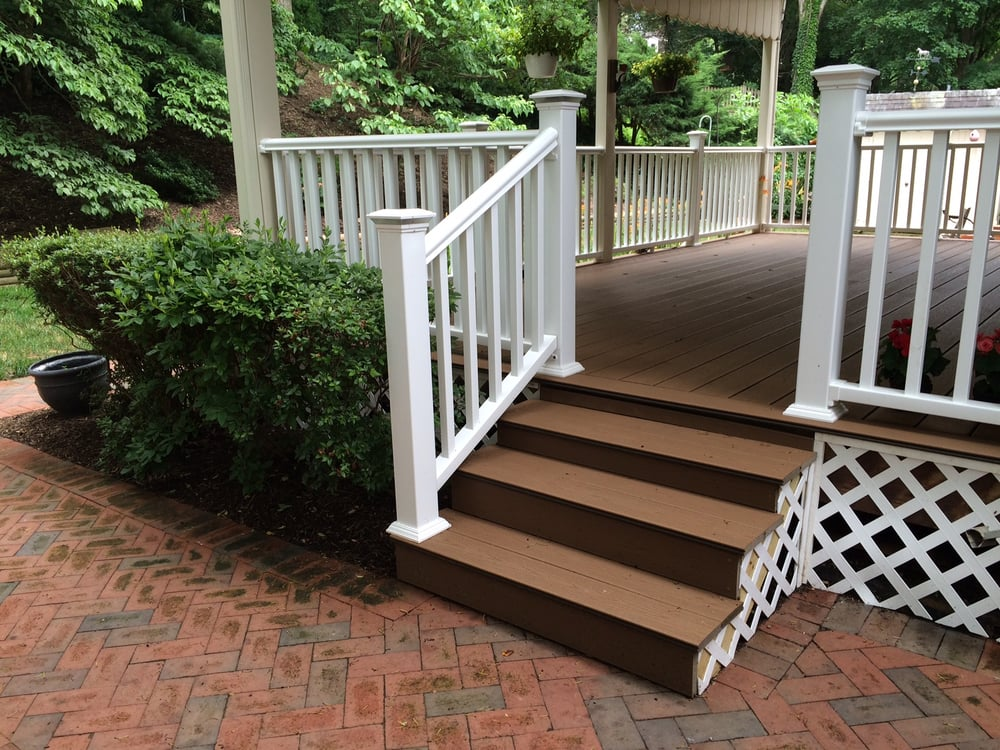 Trex deck floor in Beach Dune with White Trex railing and ...
