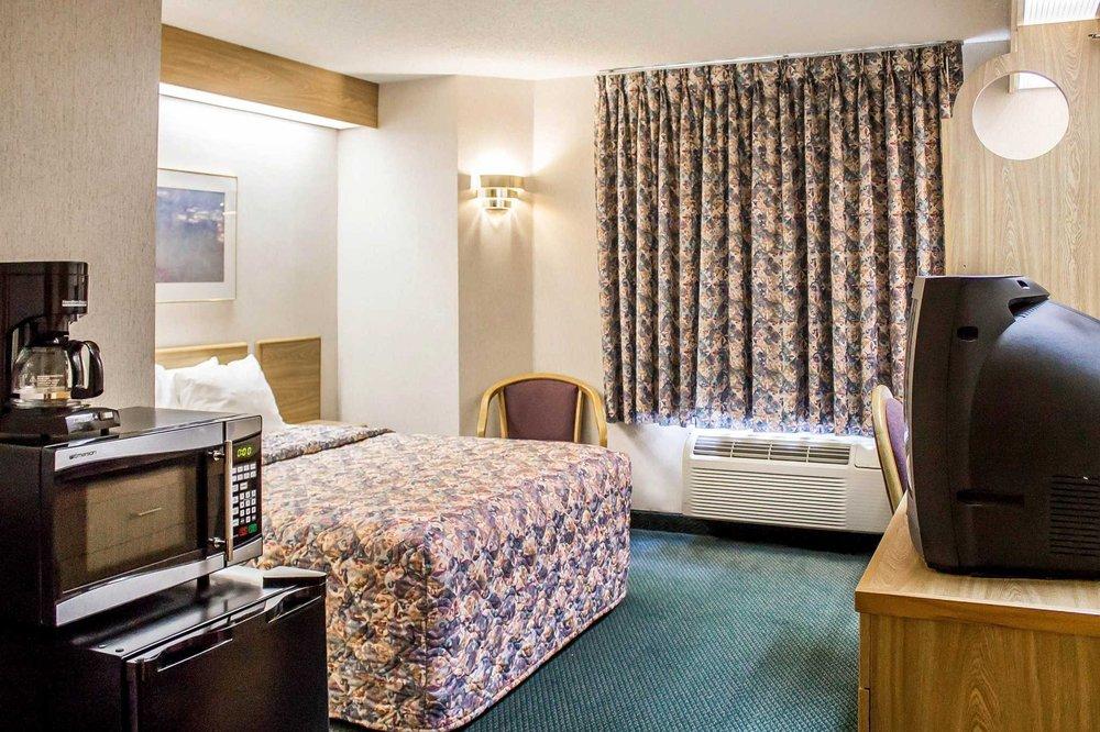 Rodeway Inn: 300 East Elderberry Rd, Abbotsford, WI