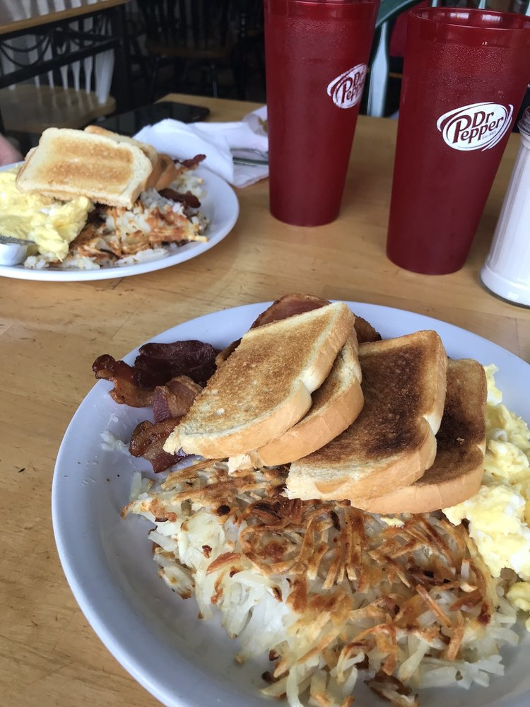 Norma's Redrooster Restaurant: 51425 Hwy 97, La Pine, OR