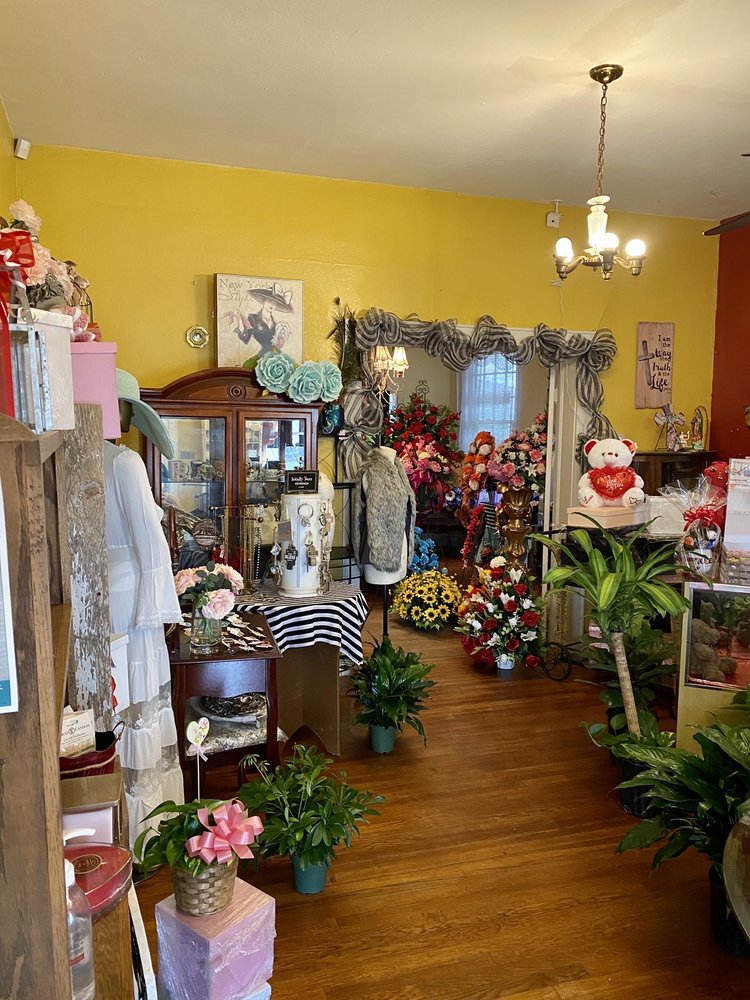 Alice Floral & Gifts: 512 E Front St, Alice, TX