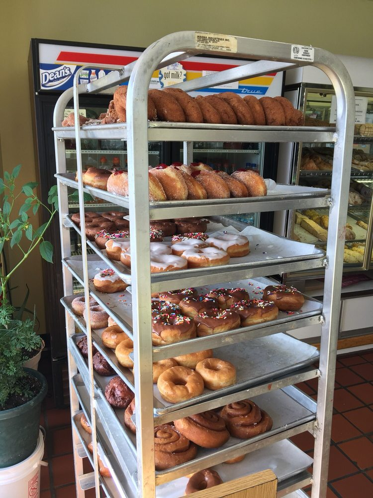 Tom's Pastry: 830 Sheridan Rd, Highwood, IL
