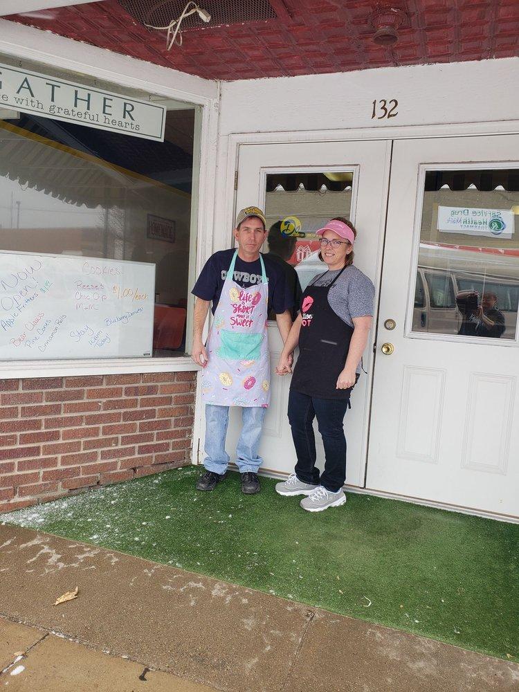 Daylight Donut Shop: 132 E 8th St, Cozad, NE