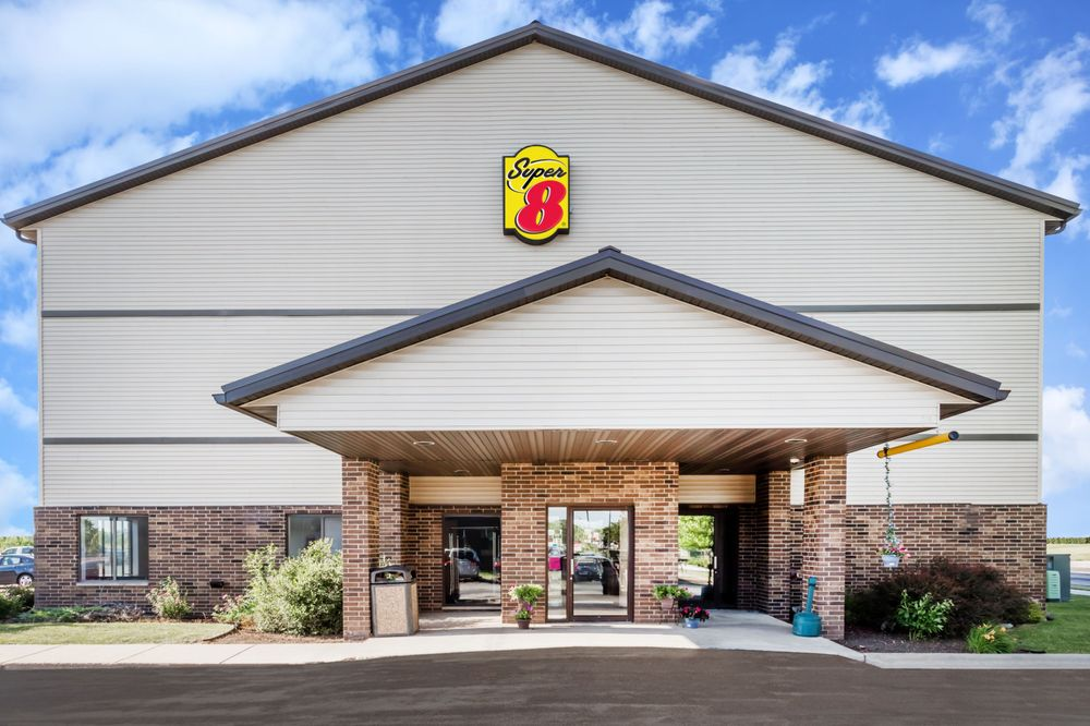 Super 8 by Wyndham Columbus: 219 Industrial Drive, Columbus, WI