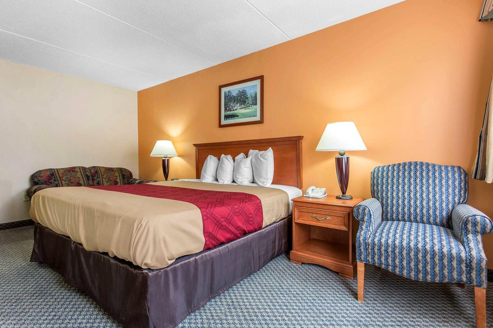 Econo Lodge & Suites: 408 W Morganton Rd, Southern Pines, NC