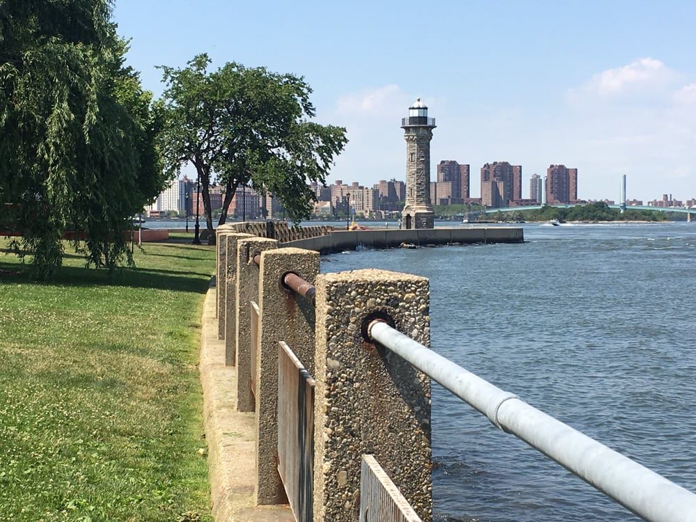 Photo of Roosevelt Island - New York, NY, United States. Heading to Lighthouse Park
