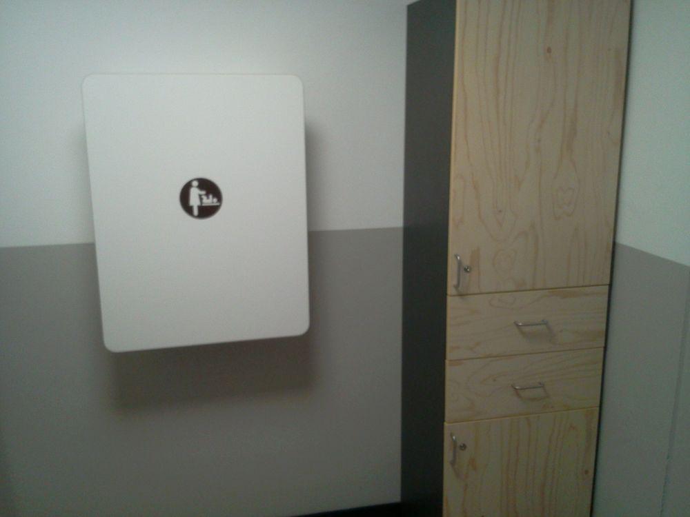 wickeltisch mit kostelosen windeln im schrank vor der kundentoilette yelp. Black Bedroom Furniture Sets. Home Design Ideas
