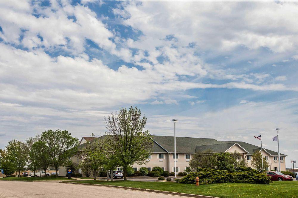 Quality Inn & Suites: 136 Plaza Dr, Dixon, IL