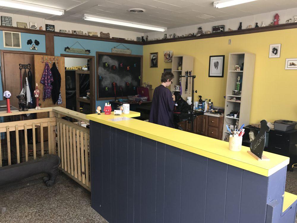 Dirty Dawgs: 918 W Main St, Mendota, IL