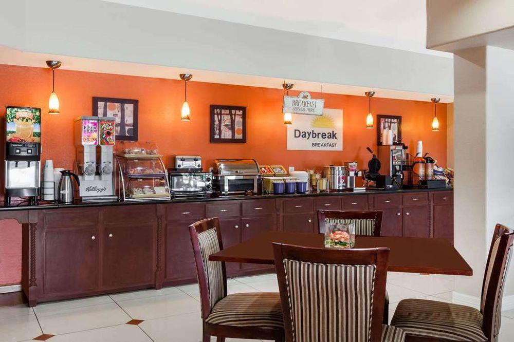 Days Inn & Suites by Wyndham Marquez: 814 VW Goodwin Boulevard North, Marquez, TX
