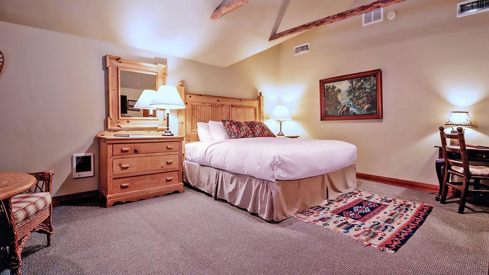 Weasku Inn Historic Resort: 5560 Rogue River Hwy, Grants Pass, OR