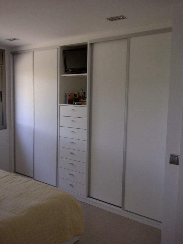 Armarios empotrados lacados en blanco good armario con - Puertas correderas armario empotrado ...