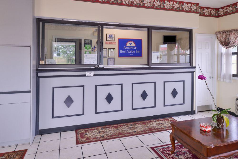 Americas Best Value Inn Wildersville: 21045 Highway 22 North, Wildersville, TN