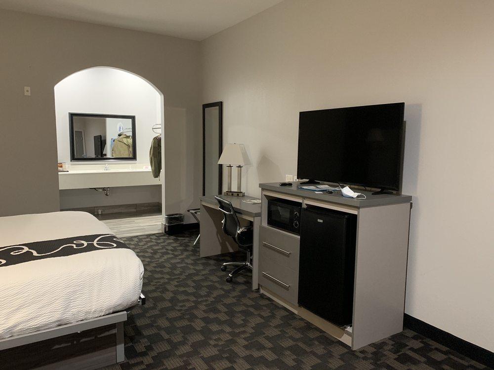 Paris Inn & Suites: 3075 NE Loop 286, Paris, TX