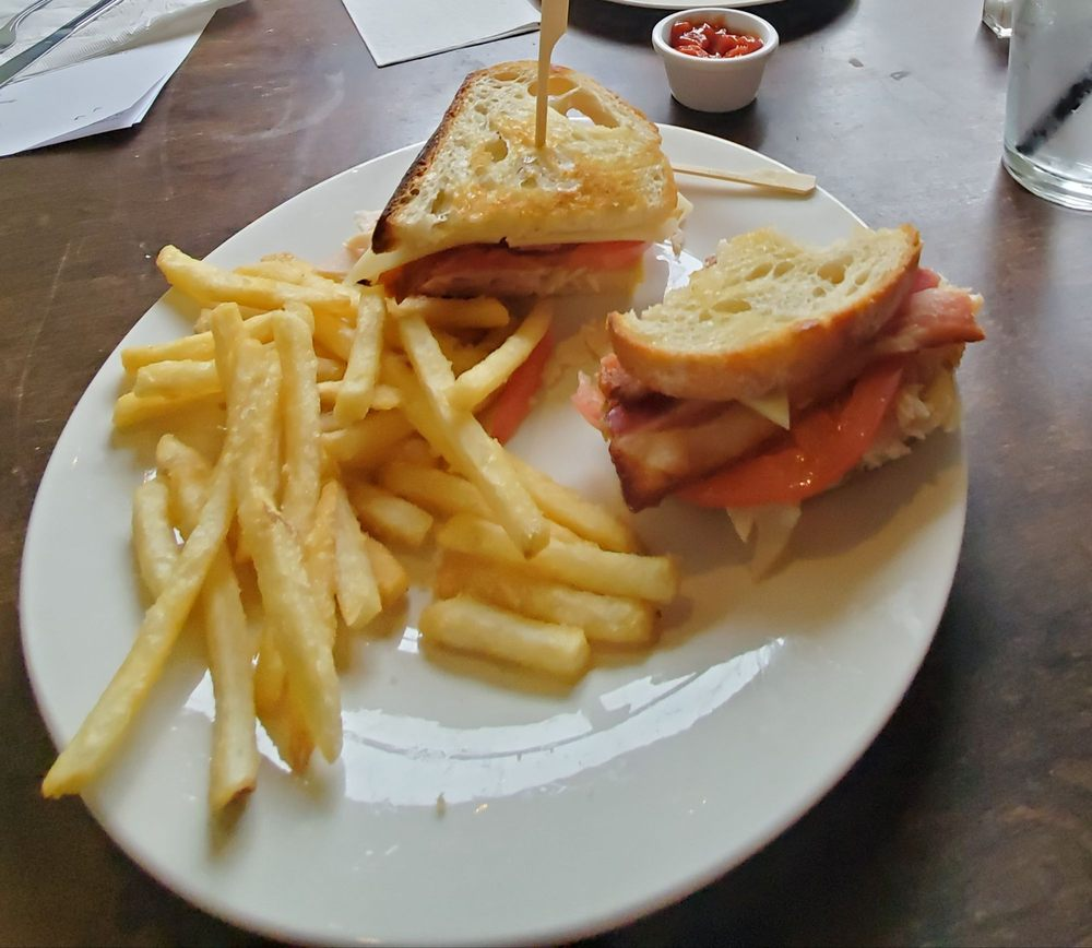 The Creekside Cafe: 1323 Commerce Ave, Longview, WA