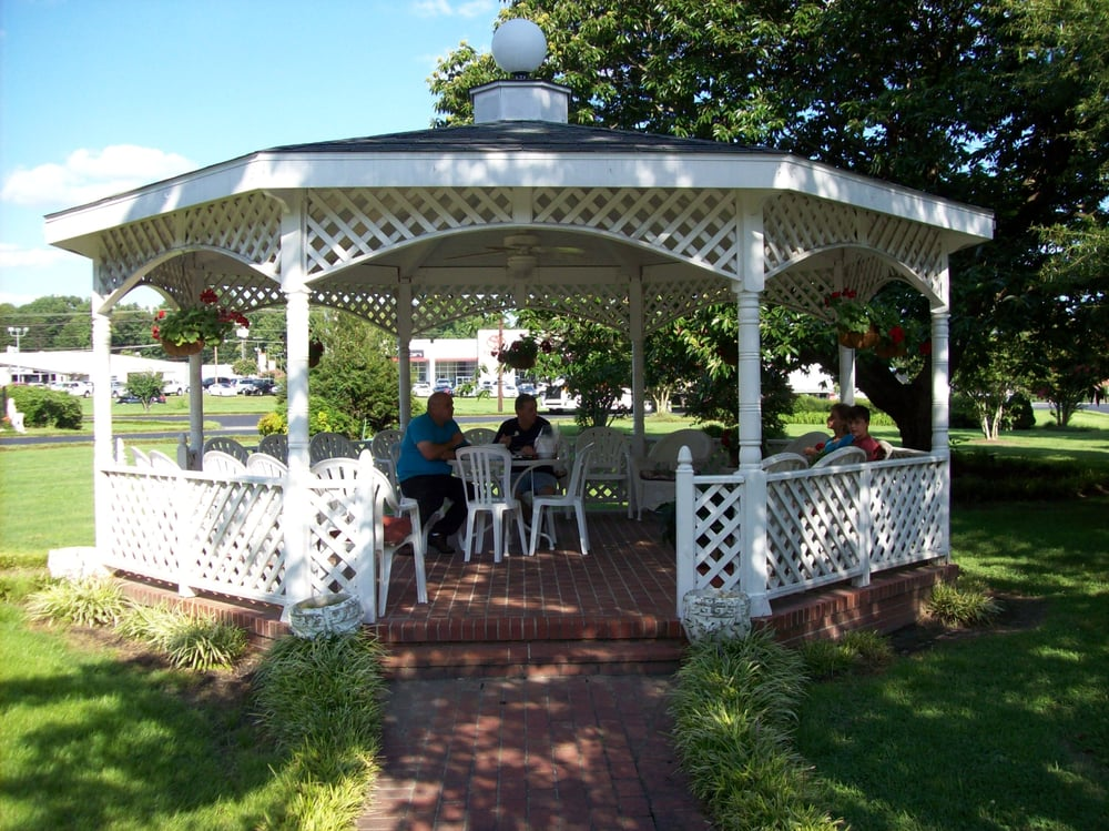 The gazebo in the courtyard yelp for Mayberry motor inn mt airy nc