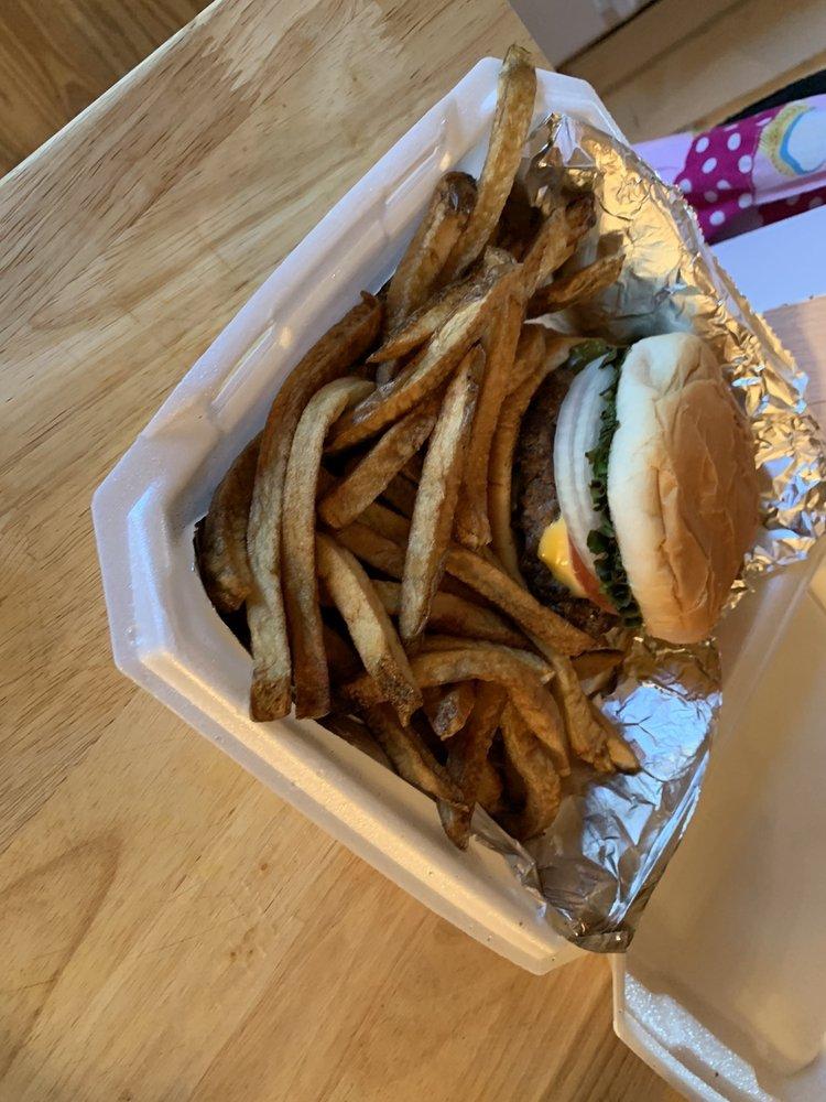 Bear's Den Diner: 139 Uselton Rd, Nocona, TX