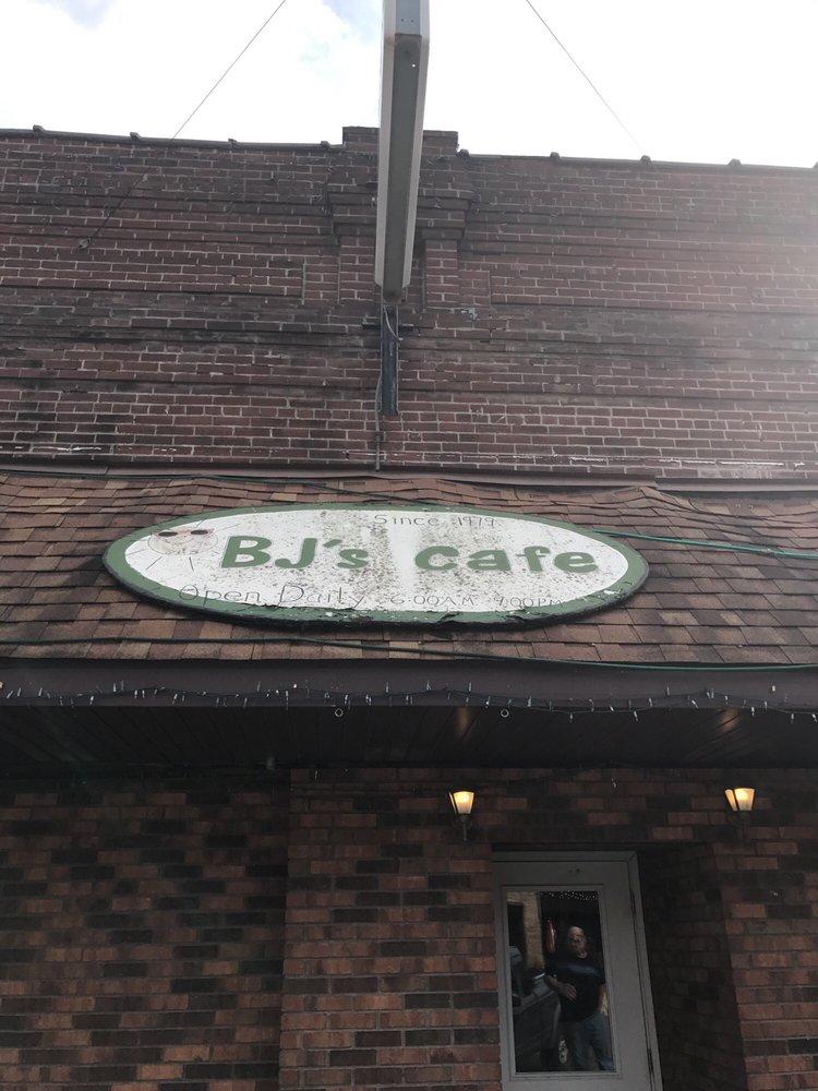 B J's Garden Inn Cafe: 11 W Main St, Du Quoin, IL