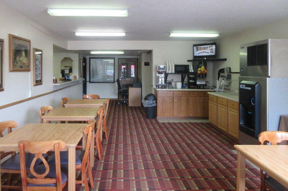 Rodeway Inn: 160 E Cloverland Dr, Ironwood, MI