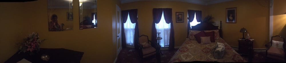 His Majesty's Bed & Breakfast: 25 Park St, Madison, OH