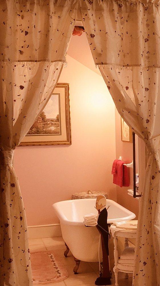 Princess Anne Book Lovers Inn: 30535 Linden Ave, Princess Anne, MD