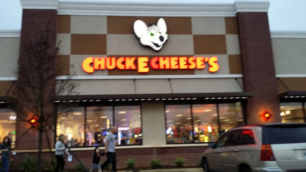 Chuck E. Cheese's Birthday Coordinators earn $16, annually, or $8 per hour, which is 6% lower than the national average for all Birthday Coordinators at $17, annually and % lower than the national salary average for all working Americans.
