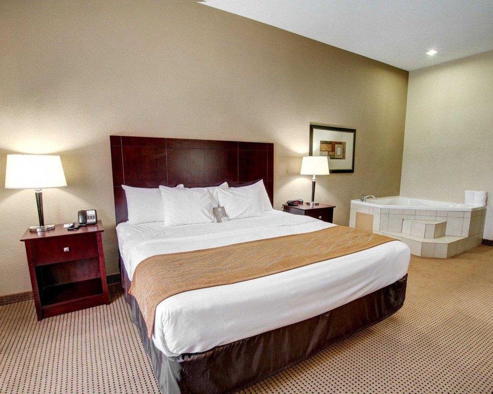 Comfort Inn & Suites: 400 Village Park Drive, Alvarado, TX