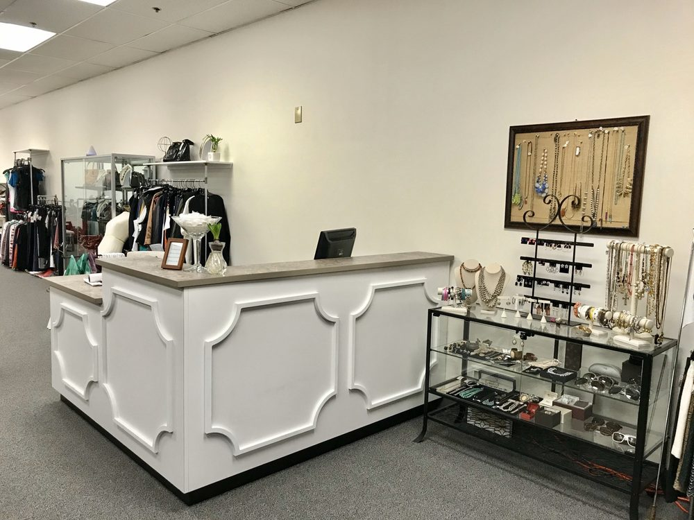 Between Friends Consignment & Gifts: 1175 NW Gilman Blvd, Issaquah, WA