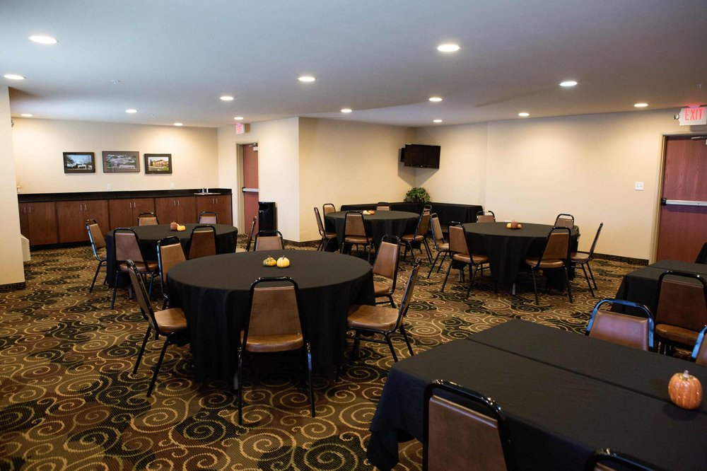 Cobblestone Hotel & Suites - Knoxville: 1212 Eric Dr, Knoxville, IA