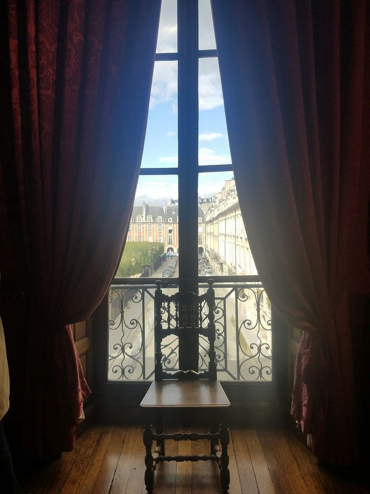 Photo de La maison de Victor Hugo - Paris, France. View of Place des Vosges from a window in Victor Hugo's house