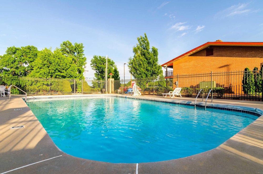 Econo Lodge Inn & Suites I-35 at Shawnee Mission: 7508 Shawnee Mission Pkwy, Overland Park, KS