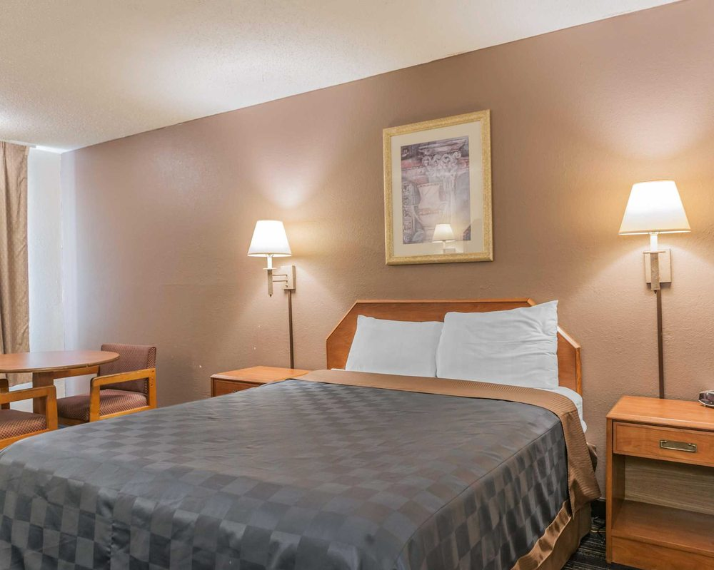 Econo Lodge: 1010 N Main St, Cloverdale, IN