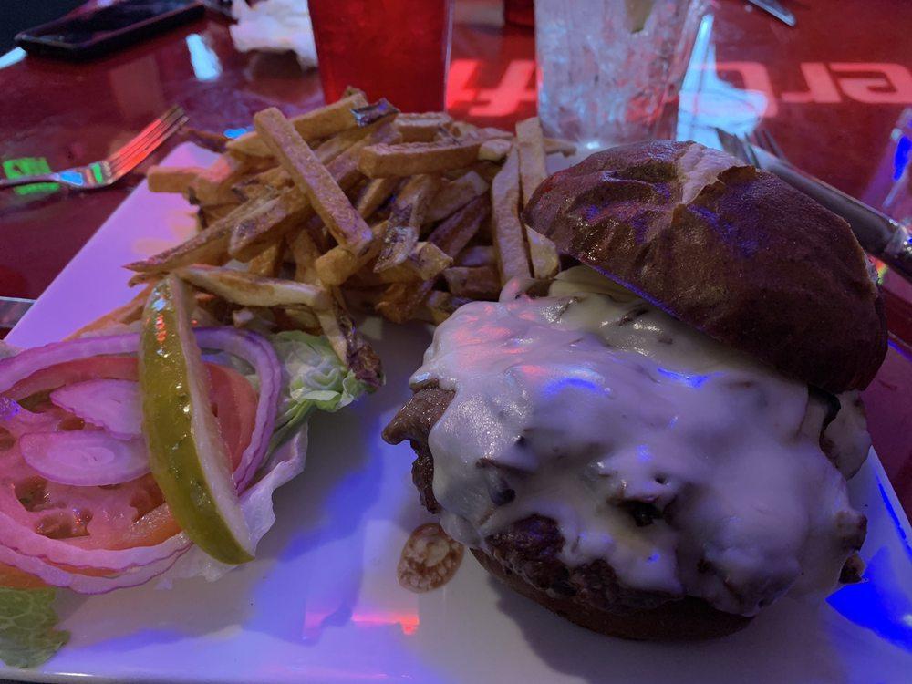 Lakehouse Breakfast Bar and Grill: N7073 Hwy 12/67, Elkhorn, WI