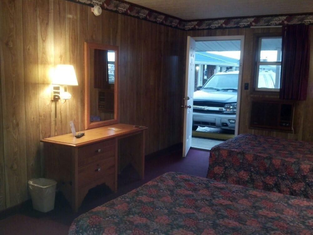 Super 7 Inn: 5706 Hopkinsville Rd, Cadiz, KY