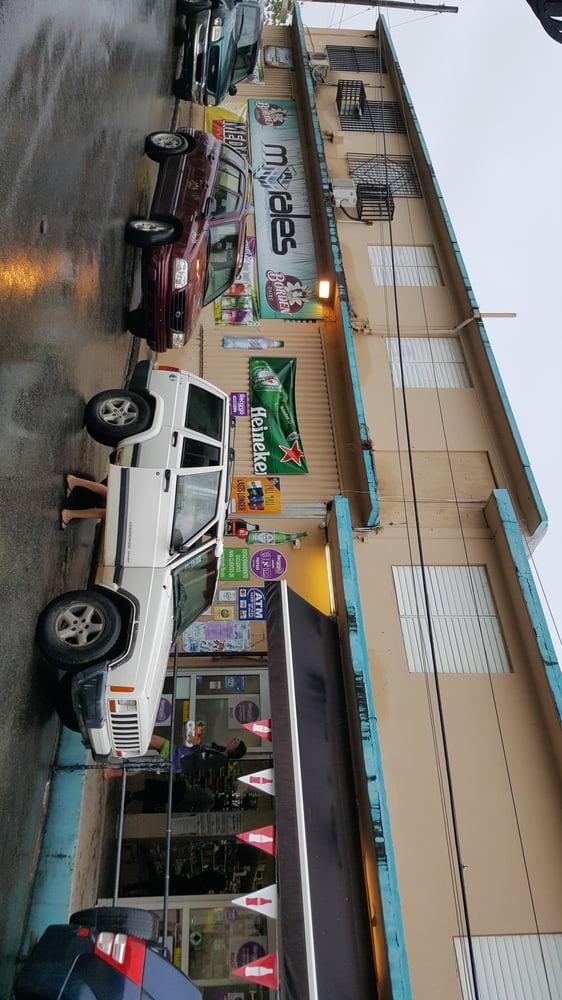 Morales Supermarket: Calle Baldorioty de Castro 15, Vieques, PR